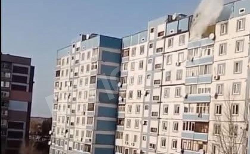 Клубы дыма: в каменской 10-этажке загорелась квартира