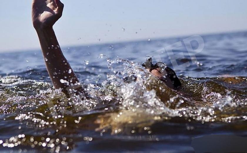 В Каменском из воды достали труп неизвестного мужчины