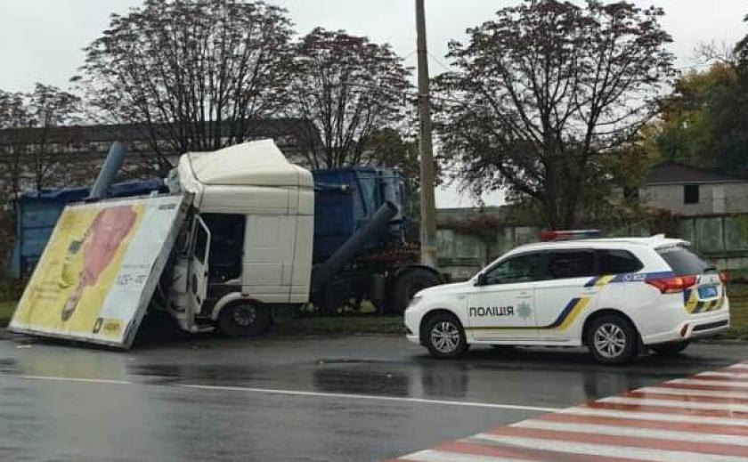 Видео с места аварии: в Каменском фура влетела в рекламный борд
