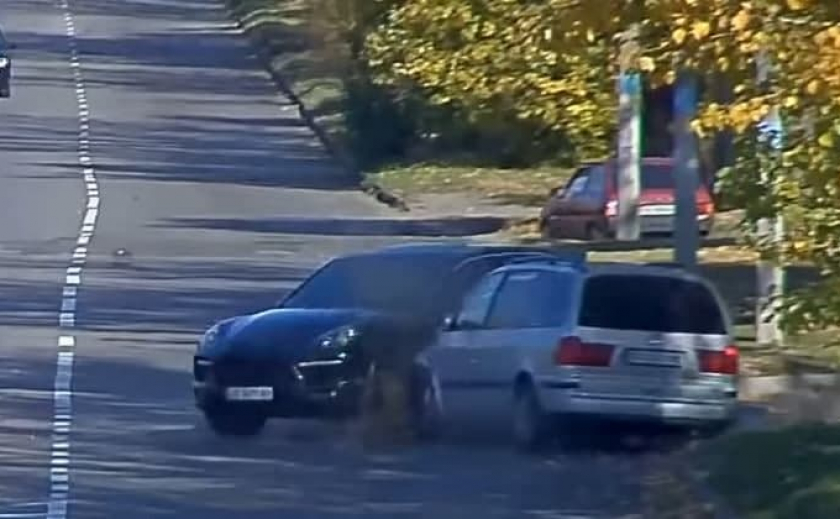 Видео момента аварии: в Каменском «SEAT» протаранил «Porsche»
