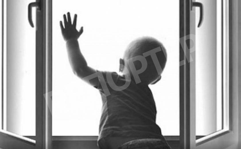 В Каменском ребенок выпал из окна четвертого этажа