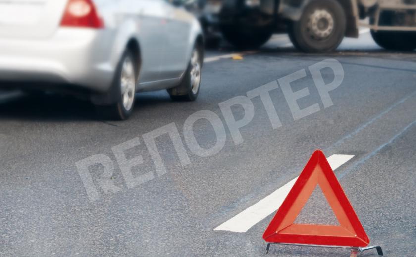 В Каменском возле школы столкнулись три автомобиля
